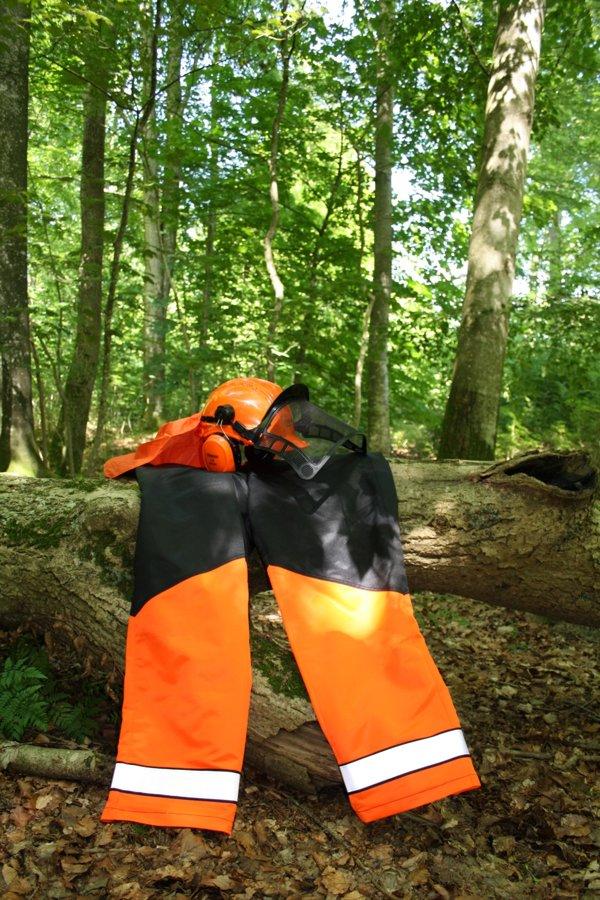 Drošības komplekts (zāģēšanas bikeses un aizsargķivere)